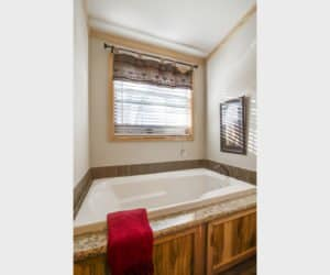 Jacuzzi in the bathroom from house model Lodge made by Pratt from Tyler